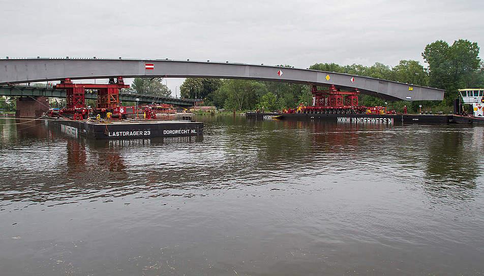 Stahlbrücke in Offenbach wird montiert