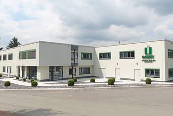 Hallenkomplex mit Bürogebäude