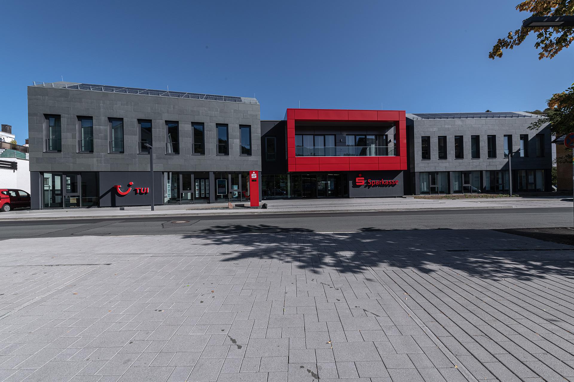 Repräsentative Fassade für Bankfiliale