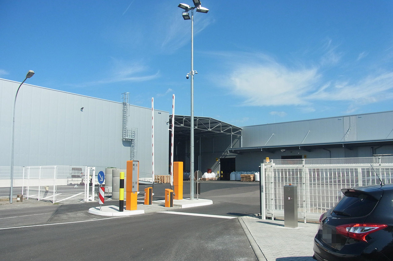 Distribution Center with Vehicle Access Zone